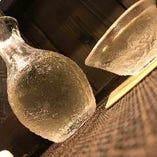 カウンターに並んでお酒を酌み交わすのは大人の楽しみ。