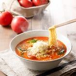 麺とチーズが絡まり、まるでトマトパスタのような洋風らーめん