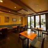 気軽に寛げるカフェで、気ままにゆっくりと語らっていただけるスペースもございます
