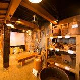 昔からの酒造りの工程を収めた貴重なVTRの上映から、櫻正宗創醸400年の歴史を物語る酒造道具、昔懐かしい看板や酒瓶やラベルなど、ここでしか見られない展示でいっぱいです