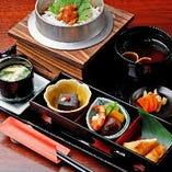 ご昼食には、6種類から選べる名物釜めし御膳を味わってください