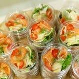 個々盛りにしたサラダ