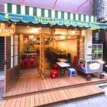 開放的な店です。テラス席あり。夏は夜風にビールも最高です。