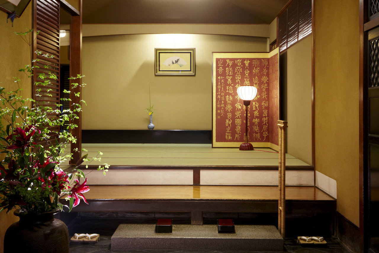 歴史ある白壁の玄関と大正時代の洋館が お客様をお出迎えします