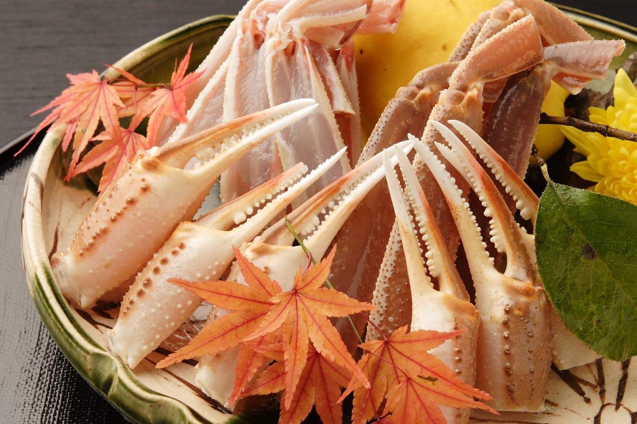 日本海産の松葉蟹を、お客様の目の前で焼き上げます