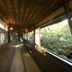池を渡る廊下は網代(あじろ)造りの天井と紅葉に包まれます