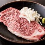 国産A5ランクの牛肉は、サシから染み出す脂の旨味が味わえる「サーロインステーキ」