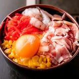 豚肉の甘みに卵の風味、そこに紅生姜のアクセントが楽しめる「ミックススペシャル」