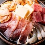 いか、ホタテ、エビ、マグロと豊富な魚介の旨味でお酒がすすむ「海鮮4種盛り」