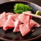 豊洲市場直送の新鮮な本まぐろを使い、まぐろ本来の旨味が味わえる「本鮪カマトロ」