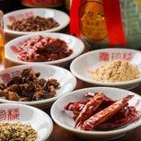 山椒、八角、桂皮など専門店より仕入れた10種類以上の香辛料を使用。
