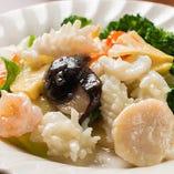 イカ、海老、ホタテ…新鮮な海の幸をご堪能ください!『海鮮三種炒め』