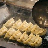 しっとち蒸した餃子に油をかけて香ばしく焼き上げます。