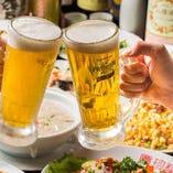 ジューシーでボリューム満点のお料理を囲んで、キンキンに冷えたビールで乾杯!