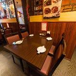【テーブル席|1~30名様】フロアには、最大4名様/6名様/8名様のお席を多数ご用意。