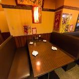 【テーブル席|1~30名様】ゆったりと寛げる最大4名様のソファ席もございます。