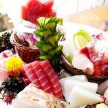 沖縄の近港で水揚げされた鮮魚の刺身 厚めで大きいのが沖縄スタイル!