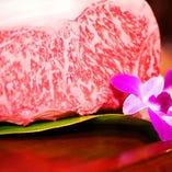 鉄板で焼き上げる沖縄県産「もとぶ牛」! 県内でも希少な「紅あぐー豚」や「県産魚」も香ばしく♪