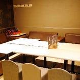 カラオケ店との複合店ならではの、カラオケ完備テーブル個室あり
