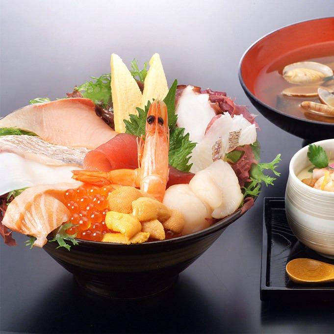 ド迫力のボリューム! 『12種の海鮮丼定食』