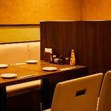 席との間に仕切り板を設置してご案内させていただくテーブル席(2〜4名様×5卓)
