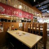 京橋店・1Fテーブル席、カウンターもあります!