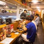 道頓堀店・1Fカウンター(朝5時まで営業してます!)