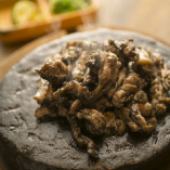 骨付き鶏もも肉や、弾力のあるせせりを、豪快に備長炭で焼く一品