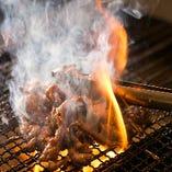 【炭火焼き】 香ばしく肉汁溢れる炭黒焼きも看板料理のひとつ