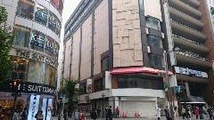 紀伊国屋書店の手前の角を左に曲がります。