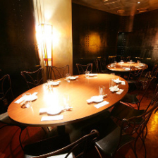 丸テーブルを囲む完全個室あります♪
