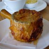 熱々トロトロのオニオングラタンスープは開店以来の人気メニュー