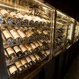 ワイン好き垂涎。巨大なセラーは圧巻