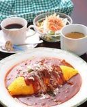 ランチ(例)ビーフオムライス、スープ、サラダ、ドリンク ¥950