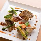 メイン料理は地元で揚がる鮮魚と松阪牛!ソースからすべて手作り