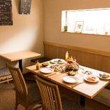 おしゃべりとお料理を楽しめるテーブル席