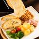 【ラクレットチーズ】目の前で熱したチーズをかける大人気の一品