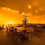 おしゃれな空間で楽しめるテーブル席が豊富☆2名様・4名様・繋げて大人数の宴会もOK!