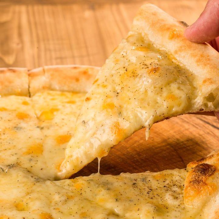 高温で一気に焼き上げるPizza