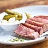 【お肉料理】 鴨肉のロティや牛ステーキなどをワインと共に◎