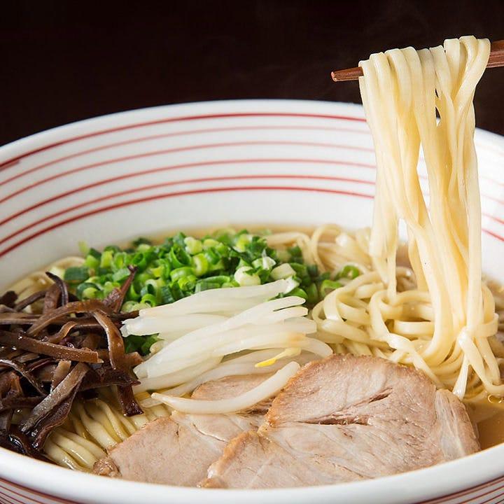 源流博多ラーメンはもちっとした平打ち麺がスープと絡み絶品!