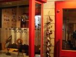 真っ赤な扉「フランス食堂」 の看板が目印です