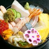 能登の魚介を贅沢に盛り合わせた丼。能登を味わえる逸品。