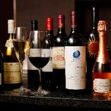 約100種類のワインを取り揃え。好みをスタッフにお伝えください