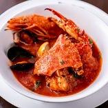 もう1つの当店名物料理『チョッピーノ』。魚介の旨味が詰まった海鮮スープです。自家製フォカッチャと一緒にどうぞ。