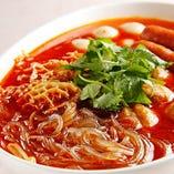 具だくさんの激辛春雨スープ・マーラータンにパクチーを添えて