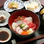 併設カフェの平日ランチ 産直鮮魚の海鮮丼が人気