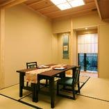 和の設えに日本の伝統を感じながら椅子席でゆったり