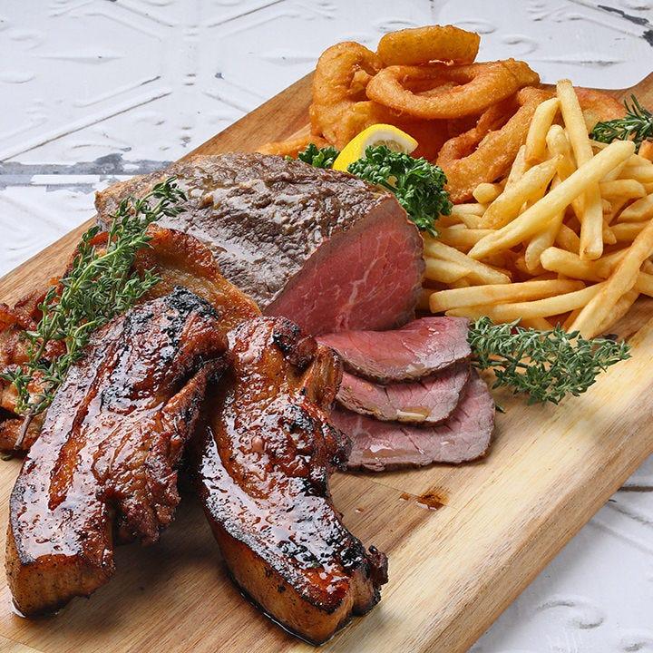 巨大プレートに1kgのお肉がドンッ!
