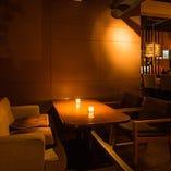 レンガ・木の温もり・間接照明が醸し出すプライベート的空間。